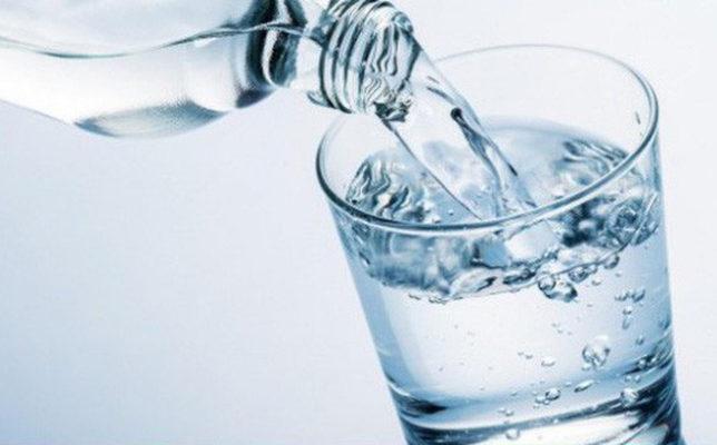 uống 8 ly nước mỗi ngày cải thiện tình trạng khô miệng do hóa xạ trị